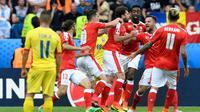 Para pemain Swiss merayakan gol ke gawang Rumania pada laga Grup A Piala Eropa 2016, di Parc des Princes, Paris, Rabu (15/6/2016). (AFP/Miguel Medina)