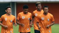 Tiga pemain seleksi di PSS bersama Kushedya Hari Yudo (kanan). (Bola.com/Vincentius Atmaja)