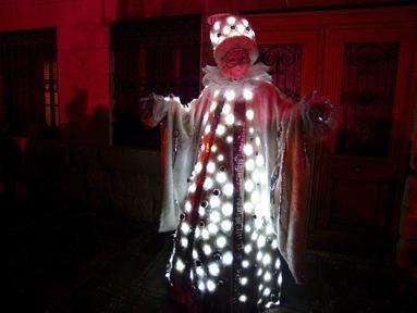 Seorang peserta berpakaian topeng dan kostum unik ambil bagian dalam upacara pembukaan Karnaval Venesia di Italia, Sabtu (27/1). Karnaval akan diadakan dari tanggal 27 Februari sampai 13 Februari. (FILIPPO MONTEFORTE/AFP)