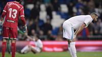 Penyerang Real Madrid, Karim Benzema tertunduk lesu usai timnya didepak Leganes dari Copa del Rey 2017/2018. (JAVIER SORIANO / AFP)