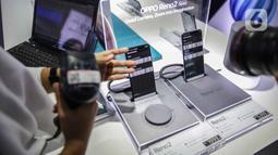 Petugas toko memindai IMEI handphone untuk didata di ITC Roxy Mas, Jakarta, Selasa (26/11/2019). Kemendag, Kemenperin, dan Kemenkominfo mulai memberlakukan aturan validasi IMEI pada 18 April 2020. (Liputan6.com/Faizal Fanani)