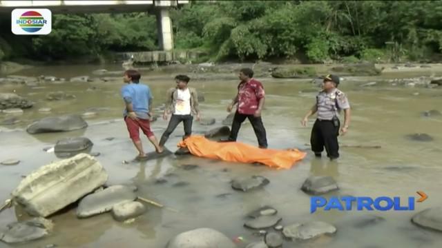 Jenazah pria yang ditemukan di Sungai Cikao di bawah jembatan Tol Cipularang ini langsung dievakuasi polisi bersama warga setempat.