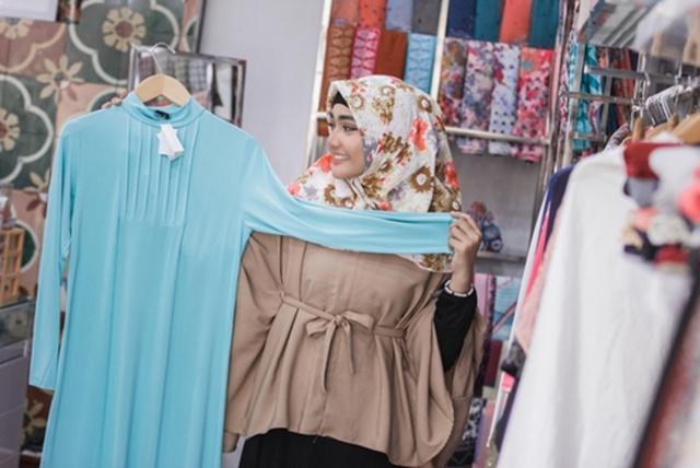 Belanja baju baru juga akan membuat keuangan cepat memburuk selama Ramadan/copyright shutterstock.com