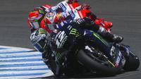 Pembalap Monster Yamaha, Maverick Vinales, saat beraksi pada MotoGP Andalusia di Sirkuit Jerez, Minggu (26/7/2020). Fabio Quartararo berhasil finis pertama dengan catatan waktu 41 menit 22,666 detik. (AP Photo/David Clares)