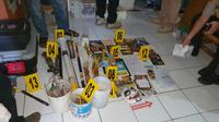 Sejumlah barang bukti hasil penggeledahan terduga teroris di Cirebon diamankan polisi dan tim Densus 88. Foto (Istimewa)