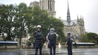Polisi mengamankan lokasi penyerangan di dekat Katedral Notre Dame di Paris, Prancis (AP Photo/Matthieu Alexandre)