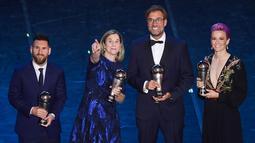 Pelatih Liverpool, Jurgen Klopp berpose bersama Lionel Messi, Jill Ellis dan Megan Rapinoe usai meraih Pelatih Terbaik Dunia 2019 versi FIFA di teater La Scala Milan, Italia utara (23/9/2019). Klopp memenangi kategori FIFA Men's Coach 2019. Ia menyisihkan dua rivalnya di Liga Inggris. (AFP Photo/Mar
