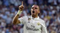 Bek Real Madrid, Pepe, merayakan gol yang dicetaknya ke gawang Vlaencia pada laga La Liga di Stadion Santiago Bernabeu, Madrid, Sabtu (9/5/2015). (AFP/Gerard Julien)