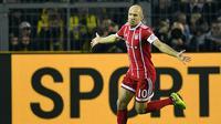 Arjen Robben merayakan golnya ke gawang Dortmund pada lanjutan Bundesliga di Signal Iduna Park, Dortmund, (4/11/2017). Bayern menang 3-1. (AP/Martin Meissner)