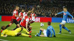 Striker Napoli, Piotr Zielinski, berusaha membobol gawang Feyenoord pada laga Liga Champions di Stadion Kuip, Rotterdam, Rabu (6/12/2017). Feyenoord menang 2-1 atas Napoli. (AP/Peter Dejong)