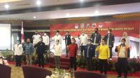 2 pasangan calon (paslon) yang akan bertarung pada Pilwalkot Medan, Bobby Nasution-Aulia Rachman dan Akhyar Nasution-Salman Alfarisi tampak hadir.