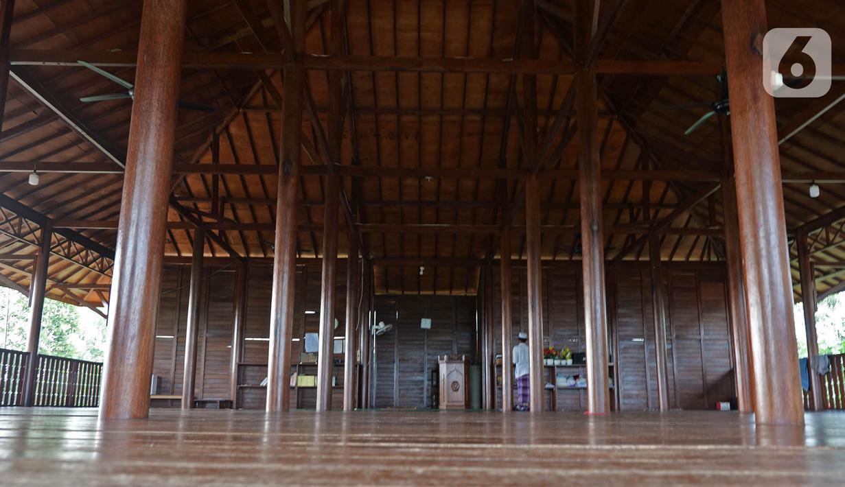 Suasana di dalam musala At- Taubah di kampung Landeh, Lebak, Banten, Selasa (27/04/2021). Musala ini didirikan sejak 3 tahun lalu bebarengan dengan di dirikannnya Kampung Mualaf suku Baduy. (Liputan6.com/Herman Zakharia)