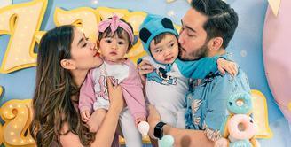Syahnaz Sadiqah semakin menikmati perkembangan kedua anak kembarnya, Zayn Sadavir Ezhilan Ismail dan Zunaira Alessia Safaraz Ismail. Bersama sang suami, Jeje Govinda, Syahnaz kini sibuk menjadi orangtua. (Instagram/syahnazs)