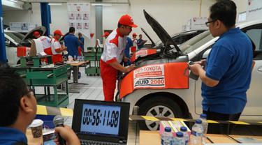 Sejumlah peserta menjalani tes perbaikan mobil dalam  kontes mekanik di Sunter, Jakarta Utara, Sabtu (12/1). Yayasan Dharma Bhakti Astra (YDBA) menggelar Kontes Mekanik UKM Bengkel Mitra YDBA. (Liputan6.com/HO/Eko)