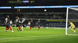 Pemain Tottenham Hotspur, Moussa Sissoko, mencetak gol ke gawang Brentford pada laga Piala Liga Inggris, di London, Rabu (06/01/2021). Spurs menang dengan skor 2-0. (Glyn Kirk/Pool via AP)