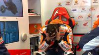 Pembalap Repsol Honda, Marc Marquez usai sampai ke garasi tim setelah tidak finis pada balapan MotoGP Prancis. (Dokumentasi Repsol Honda)