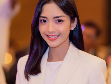 FOTO: Gaya Ririn Dwi Ariyanti saat Pakai Outfit Putih, Tampil Elegan