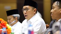 Menteri Agama Lukman Hakim Saifuddin saat rapat dengan Komisi VIII DPR di Jakarta, Senin (12/3). Kenaikan biaya haji dikarenakan kebijakan pengenaan Pajak Pertambahan Nilai (PPN) dari Pemerintah Arab Saudi sebesar 5 persen. (Liputan6.com/JohanTallo)