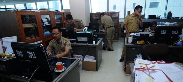 Pemerintah Provinsi DKI Jakarta menunggu keputusan Pemerintah pusat perihal pemotongan gaji ASN untuk membayar zakat.