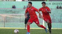 Dendi Santoso dan Hanif Sjahbandi dalam sesi latihan Arema FC sebelum pandemi virus corona COVID-19 membuat semua aktivitas tim berhenti. (Bola.com/Iwan Setiawan)