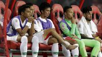 Gelandang Timnas Indonesia, Bayu Pradana, bersama rekan-rekannya tampak lesu usai ditaklukkan Singapura pada laga Piala AFF 2018 di Stadion Nasional, Singapura, Jumat (9/11). Singapura menang 1-0 atas Indonesia. (Bola.com/M. Iqbal Ichsan)