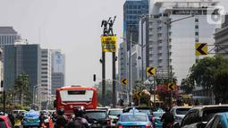 Sejumlah orang membentangkan spanduk di Patung Selamat Datang, Bundaran HI, Jakarta, Rabu (23/10/2019). Para relawan mendesak agar Presiden Joko Widodo yang baru dilantik untuk ikut serta menjaga alam dan lingkungan Indonesia. (Liputan6.com/Faizal Fanani)