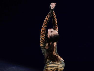 Alina Zagitova dari Rusia melakukan pertunjukan gala skating di Gangneung Oval di Gangneung (25/2). Alina merupakan peraih medali emas cabang figure skating di Olimpiade Musim Dingin Pyeongchang 2018. (AP Photo/Felipe Dana)