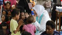 Istri Kapolri Tito Karnavian menyambangi korban banjir bandang, Papua. (foto: dokumentasi Polri)