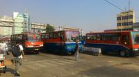 Para pengemudi Metro Mini mengancam melakukan mogok susulan menolak rencana penghapusan armada bus sedang tersebut (Liputan6.com/Ahmad Romadoni)