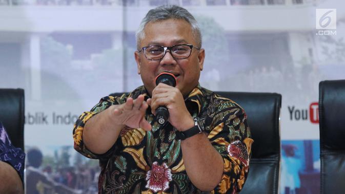 Ketua KPU RI, Arief Budiman saat mengumumkan rilis 32 Caleg Berstatus Mantan Terpidana Korupsi, Jakarta, Selasa (19/2). Hingga kini, tercatat 81 Caleg Berstatus Mantan Terpidana Korupsi dalam Pemilu 2019.  (Liputan6.com/Helmi Fithriansyah)