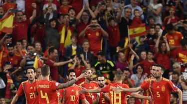 Para pemain Spanyol merayakan gol yang dicetak Sergio Ramos ke gawang Swedia pada laga Kualifikasi Piala Eropa 2020 di Stadion Santiago Bernabeu, Madrid, Senin (10/6). Spanyol menang 3-0 atas Swedia. (AFP/Oscar Del Pozo)
