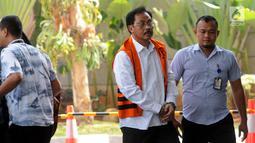 Gubernur nonaktif Kepulauan Riau Nurdin Basirun (tengah) tiba di Gedung KPK, Jakarta, Selasa (30/7/2019). Nurdin Basirun diperiksa sebagai tersangka terkait dugaan suap izin lokasi rencana reklamasi di wilayah Kepulauan Riau. (merdeka.com/Dwi Narwoko)