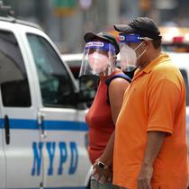Orang-orang dengan masker dan pelindung wajah berjalan di Times Square di New York, Amerika Serikat (AS), 31 Agustus 2020. Jumlah kasus COVID-19 di AS melampaui angka 6 juta pada Senin (31/8), menurut Center for Systems Science and Engineering (CSSE) di Universitas Johns Hopkins. (Xinhua/Wang Ying)