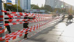 Aktivis iklim memblokir Jembatan Jannowitz di Berlin, Jerman, Jumat (20/9/2019). Selain memblokir Jembatan Jannowitz, aktivis juga membentangkan spanduk bertulis 'salam hangat dari Berlin'. (AXEL SCHMIDT/AFP)