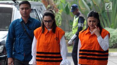 Anggota DPR Rooslynda Marpaung dan anggota DPRD Sumut Rinawati Sianturi tiba untuk menjalani pemeriksaan lanjutan di KPK, Jakarta, Kamis (19/7). Selain Rooslynda dan Rinawati, KPK juga memeriksa anggota DPRD Sumut Sony Firdaus. (Merdeka.com/Dwi Narwoko)