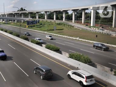 Sejumlah kendaraan melintasi ruas Tol Pondok Pinang-TMII, Jakarta, Rabu (22/4/2020). Pemerintah resmi memberlakukan larangan mudik mulai 24 April 2020 sebagai tindakan pencegahan penyebaran virus corona COVID-19 dengan membatasi kendaraan yang melewati jalan tol. (merdeka.com/Iqbal S. Nugroho)