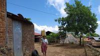 Seorang ibu di Dusun Waiwoten, Desa Lewobele, Adonara, Flores, NTT, sedang mengangkut air untuk kebutuhan sehari-hari. Proyek instalasi air minum yang dikerjakan CV Antika Karya pada 2012 itu tidak berdampak bagi masyarakat. (Liputan6.com/ Ola Keda)