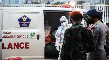 Petugas jaga mengecek data pasien COVID-19 yang dibawa petugas medis di Rumah Sakit Darurat Wisma Atlet, Kemayoran, Jakarta, Kamis (10/9/2020). Pemerintah menyiapkan 2.700 tempat tidur di RSD Wisma Atlet untuk merawat pasien COVID-19 dengan kondisi sedang dan ringan. (Liputan6.com/Faizal Fanani)