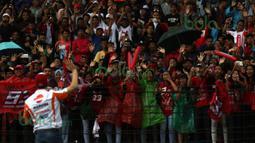 Marc Marquez menyapa fans yang memadati tribun Sirkuit Sentul, Bogor, Minggu (14/2/2016). (Bola.com/Nicklas Hanoatubun)