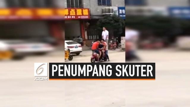 Rekaman CCTV menampilkan momen dimana enam orang tumpangi satu skuter di China. Aksi mereka dilakukan untuk menguji kapasitas skuter.