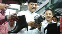 Calon Gubernur Jawa Timur Saifullah Yusuf (Gus Ipul) juga bersafari ke perusahaan pembuatan sepatu perempuan.