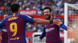Penyerang Barcelona Lionel Messi (kanan) menghampiri rekan setimnya Luis Suarez usai mencetak gol ke gawang Sevilla pada laga La Liga di Stadion Ramon Sanchez Pizjuan, Sevilla, Sabtu (23/2). Messi mencetak hattrick. (AP Photo/Miguel Morenatti)