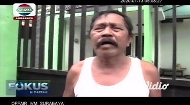 Seorang ayah di Jember, Jawa Timur tega mengurung anak kandungnya di kandang ayam dalam kondisi telanjang. Bocah malang itu bahkan kaki dan tangannya juga diborgol agar tidak melarikan.
