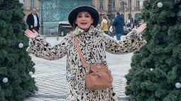 Gaya pelantun Gelas-Gelas Kaca saat liburan di luar negeri juga curi perhatian. Ia juga kerap tampil energik saat tengah berlibur. (Liputan6.com/IG/@niadaniatynew)