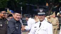 Salah satu Kepala Desa terpilih hasil Pilkades serentak November lalu, menerima ucapan selamat dari Bupati Garut, setelah pelantikan (Liputan6.com/Jayadi Supriadin)