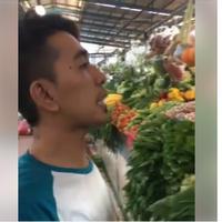 Video tukang sayur yang jualan pakai bahasa Inggris ini sudah ditonton lebih dari 180 ribu kali. (Foto: Facebook)
