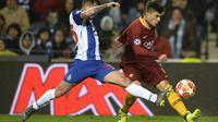 Aksi Diego Perroti pada leg kedua, babak 16 Liga Champions yang berlangsung di Stadion Do Dragao, Porto, Kamis (7/3). AS Roma kalah 1-3 kontra Porto (AFP/Miguel Riopa)