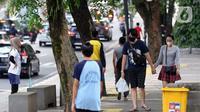 Warga beraktivitas di trotoar Lawang Salapan atau Tepas Salapan Mlawang Dasakreta, Kota Bogor, Jawa Barat, Sabtu (29/8/2020). Wali Kota Bogor Bima Arya Sugiarto mengatakan akan menerapkan jam malam, menyusul ditetapkannya kota hujan ini sebagai zona merah COVID-19. (Liputan6.com/Helmi Fithriansyah)