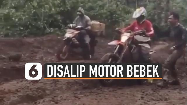 Pemotor trail sampai tertawa saat berhasil dikalahkan dua motor bebek di jalan berlumpur.