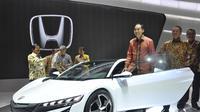 Mendag Muhammad Lutfi terlihat bergaya di dekat mobil sport berwarna putih keluaran Honda, JIEXpo, Jakarta, Kamis (18/9/2014) (Liputan6.com/Miftahul Hayat)